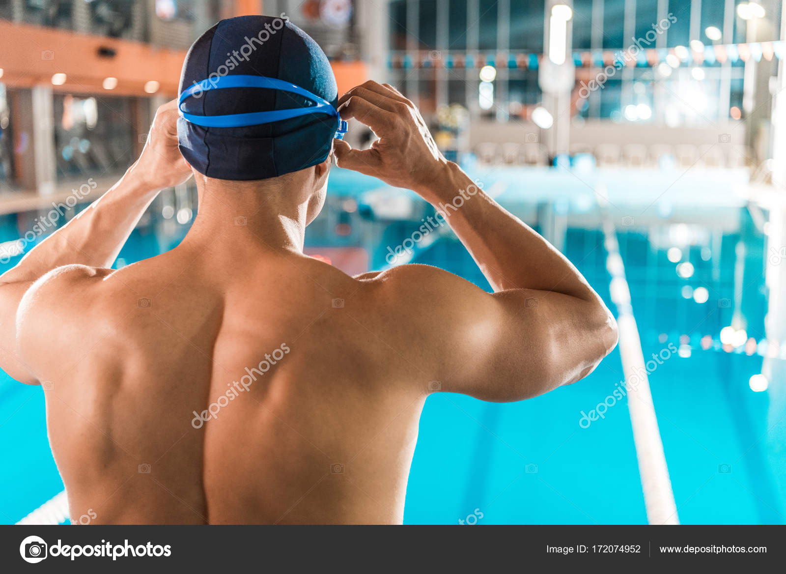 Vista posteriore del nuotatore muscolare in cuffia e occhiali in piedi a  bordo piscina — Foto di ArturVerkhovetskiy a14e668e3e24