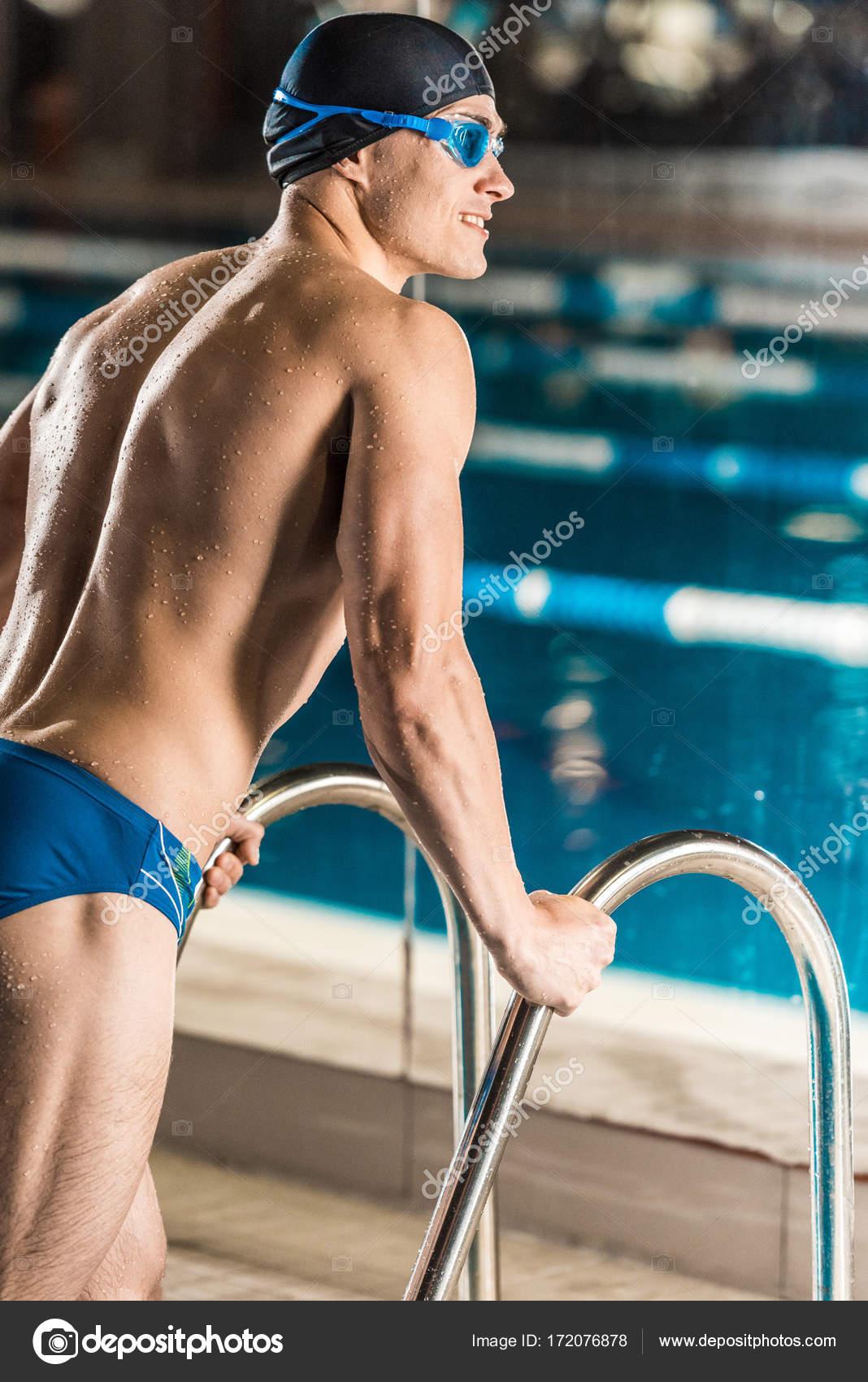 Vista posteriore del nuotatore muscolare in cappello e gli occhiali di  protezione di nuoto in piscina — Foto di ArturVerkhovetskiy 03c66265f2ae