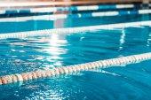 Fotografia corsie di una piscina di concorrenza