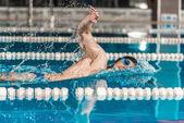 mladí profesionální plavec