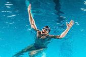 nadšený plavec v brýle