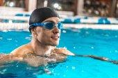 sportovec v brýle, plavání v bazénu