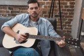 člověk hraje kytara