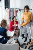 Fotografia multietniche stilisti lavorano insieme