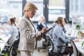 Fotografie businesswoman making notes in office