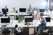 obchodní kolegové pracují v kanceláři