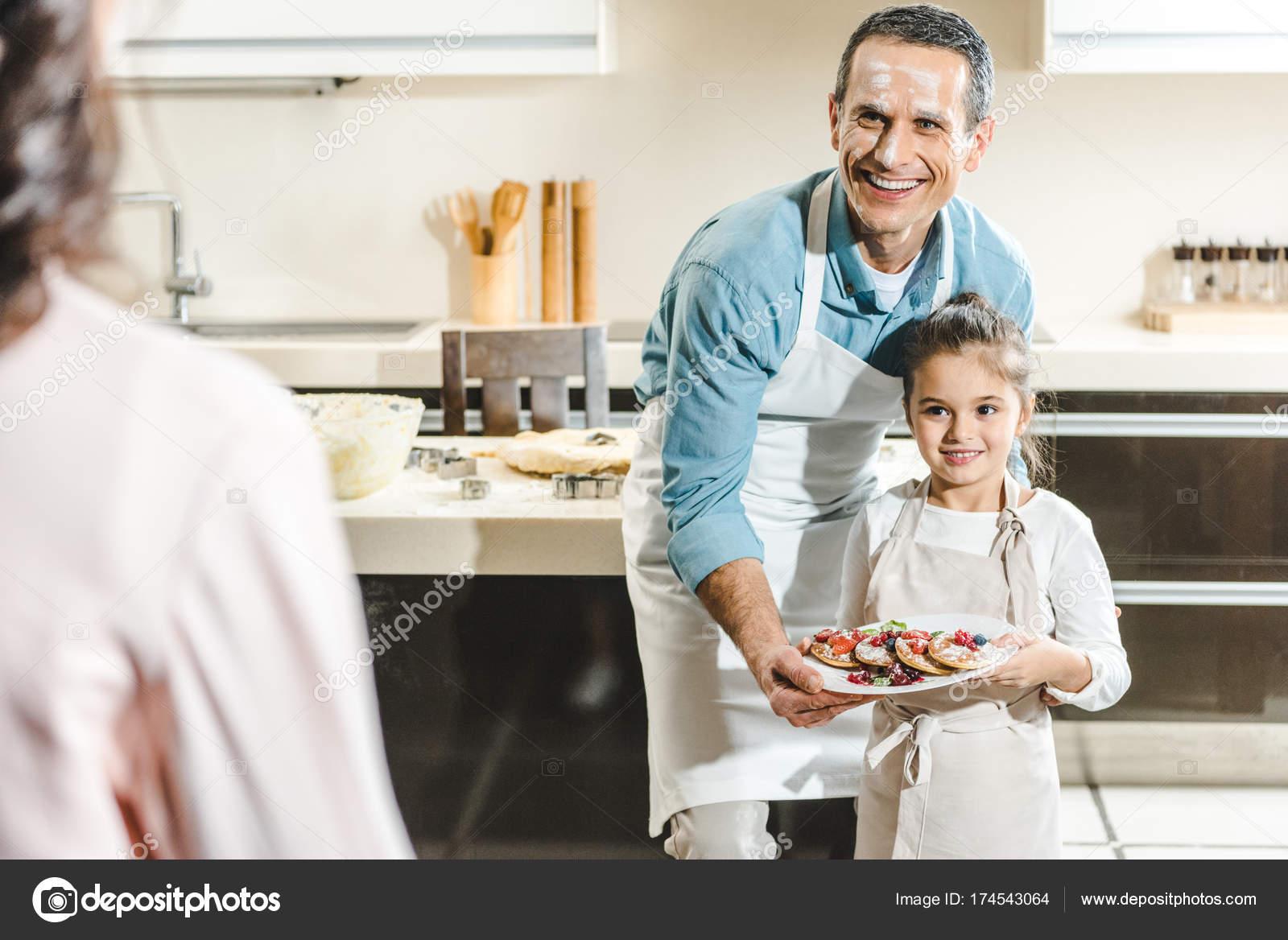 Padre Feliz Con Placa Demostración Hija Con Panqueques Madre Cocina ...
