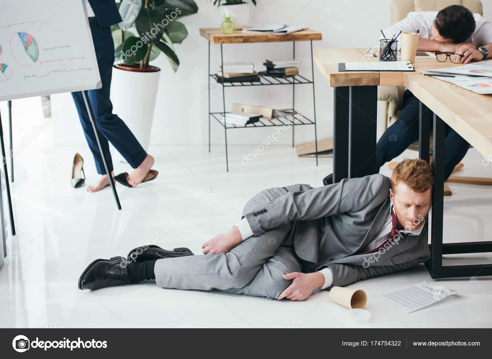 gruppe von ersch pft gesch ftsleute schlafen b ro stockfoto arturverkhovetskiy 174754322. Black Bedroom Furniture Sets. Home Design Ideas