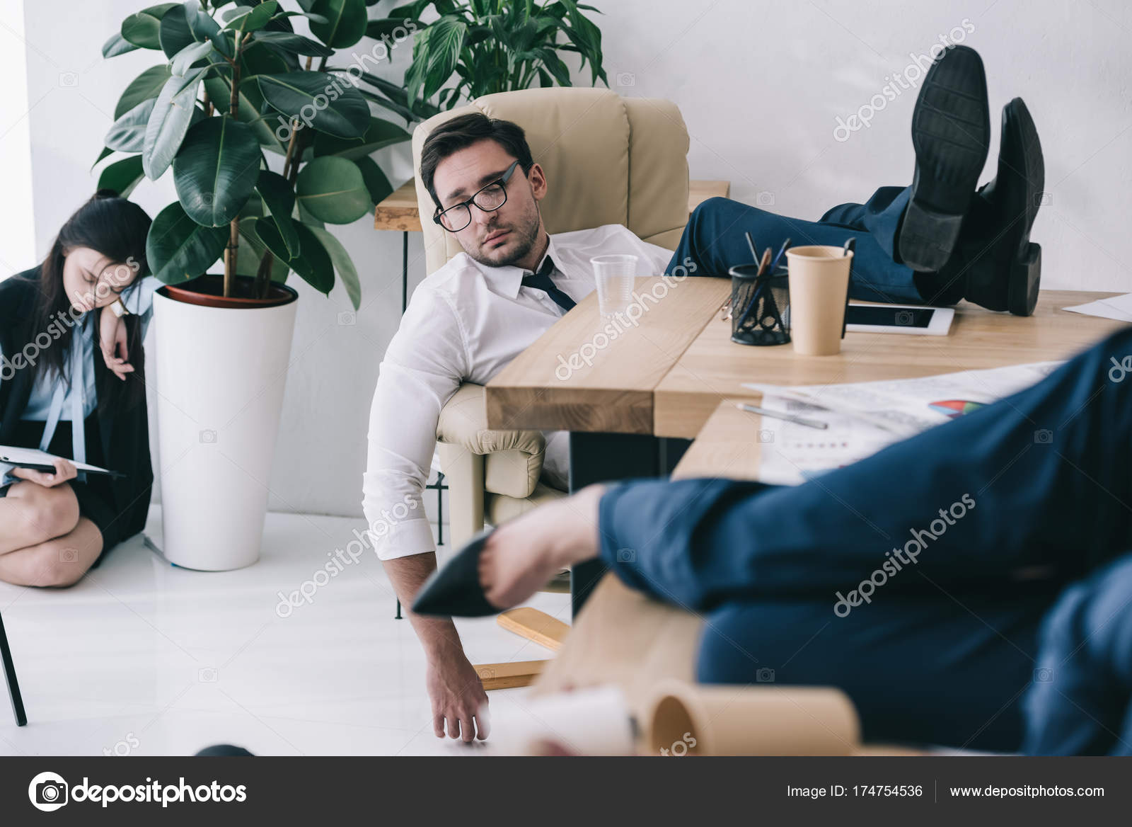 homme affaires surmen dormir bureau les pieds sur table photographie arturverkhovetskiy. Black Bedroom Furniture Sets. Home Design Ideas