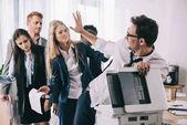 harc az irodában fénymásoló üzletemberek csoportja
