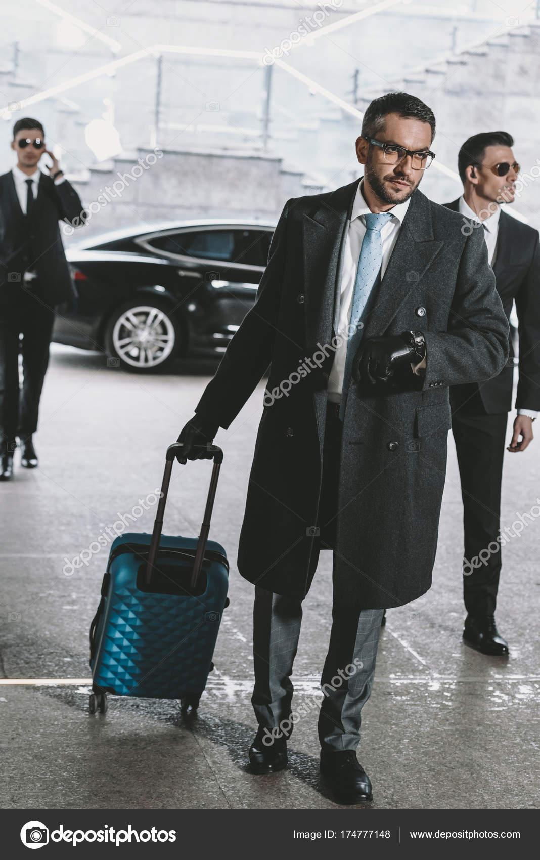 Marche Voiture Homme Regardant Avec Sac Bel Affaires Voyage Montre OPN8n0wkX
