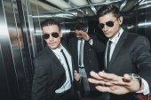 Leibwächter stoppt Paparazzi, wenn Promi im Fahrstuhl steht