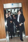 Leibwächter, die Paparazzi zu behindern als Promi ausgehend vom Aufzug