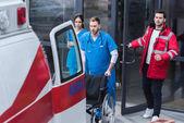 mentősök mozgó kerekesszék Kórház mentő