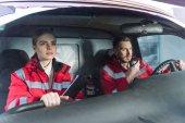Photo young male and female paramedics sitting in ambulance
