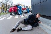 zraněného muže s rány na hlavu, leží na ulici