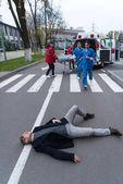 Fotografie záchranáři k pomoci zraněného muže ležícího na ulici