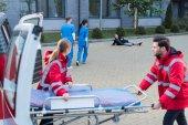 mentősök véve hordágyon mentő, hogy segítsen a sérült férfi