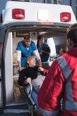 Fotografie zdravotníci stěhování zraněného do sanitky