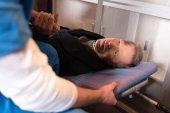 oříznutého obrazu lékař drží zranění pacienta ruku