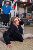 Doktor ti pomůže zraněný muž ležel na ulici