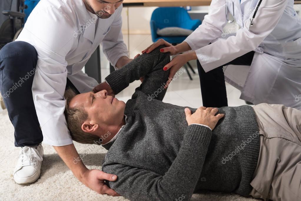 Bild Von Ärzten Helfen Fiel Mann Beschnitten — Stockfoto
