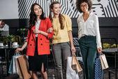 Fényképek Csoport szép nők többnemzetiségű bevásárló táskák