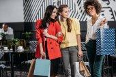 Skupina mladých multietnické žen s nákupní tašky