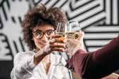mladá africká americká žena cinkání sklenic vína s přítelem