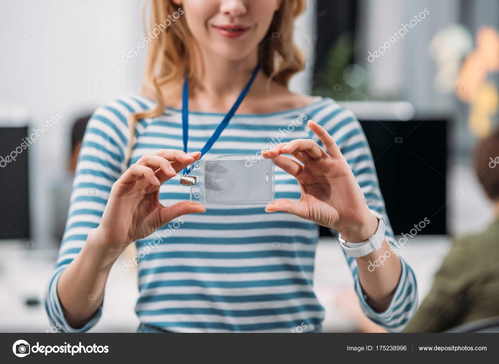 Image recadrée jeune fille indiquant nom tag bureau moderne
