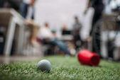 Fotografie rozmazaný obraz lidí, kteří hrají v minigolfu v moderní kanceláři