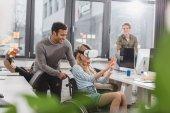 Frau im Rollstuhl mit Virtual-Reality-Brille im modernen Büro