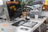 moderní počítač s prázdnou obrazovkou na pracovišti v úřadu