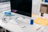 Fotografia moderno computer con schermo vuoto al posto di lavoro in ufficio