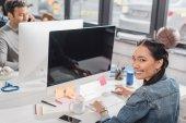 Fotografie mladá žena a muž pracuje v moderní kanceláři
