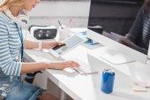 Fotografie zugeschnittenes Bild Frau mit Tablet und Computer im modernen Büro
