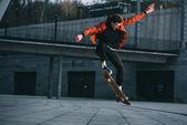 skateboardista dělá trik skoku v městské lokalitě