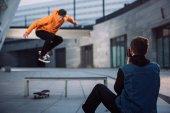 Fotografie Menschen nehmen Foto Skateboarder über Bank springen