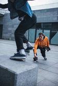 Fotografie Skateboarder nehmen Foto seines Partners tun trick