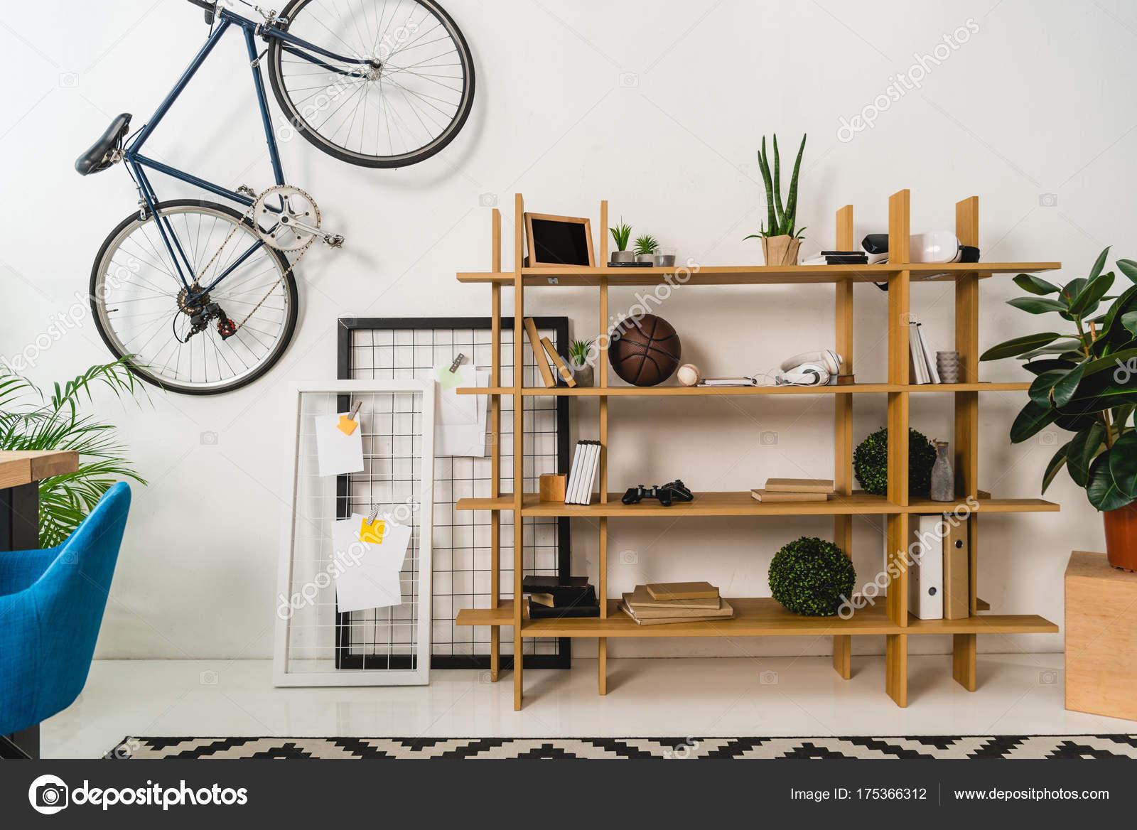 Muur Planken Aan De Muur.Fiets Muur Planken Met Spullen Thuis Stockfoto