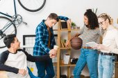 Fotografia gruppo di adolescenti multietnici trascorrere del tempo insieme