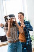 Fotografie aufgeregt afroamerikanische Teengirl gerade etwas mit virtual-Reality-Kopfhörer