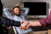 Photo cropped image of businessmen shaking hands