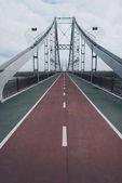 prázdný most pro pěší na zamračený podzimní den
