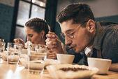 Kavárna pracovníci kontroly kvality kávy během funkce potraviny káva