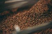 Fotografie Selektivní fokus zrnkové kávy pražení proces