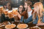 giovane azienda multilingue mangiare e bere al bar