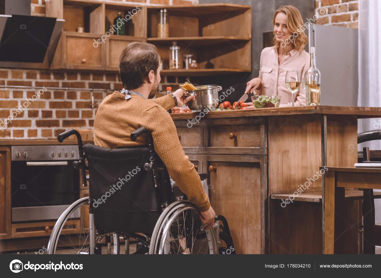 Sonriente Mujer Con Hombre Cena Cocina Silla Ruedas Juntos Casa ...