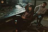 Fotografia giovane depresso musicisti seduti in sedie a studio di registrazione