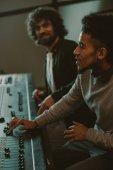 Fotografia concentrato di giovani produttori di suoni in studio di registrazione